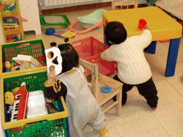 Calci e schiaffi a bimbi di 3 anni, arrestata maestra