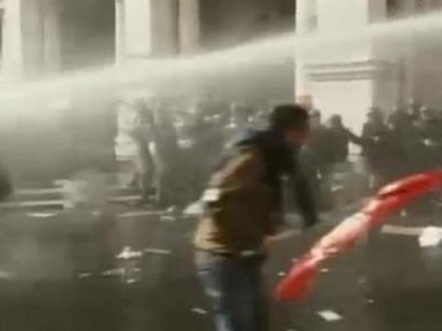 Manifestazione per la casa, scontri al Campidiglio -VIDEO