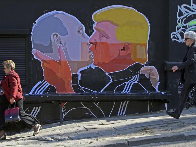 Vilnius come Berlino, graffito con Putin e Trump che si baciano