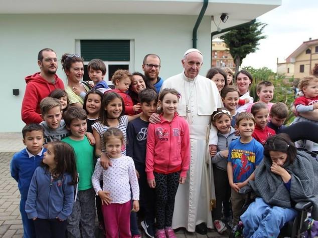 Papa fa visita a comunita' disabili mentali Ciampino
