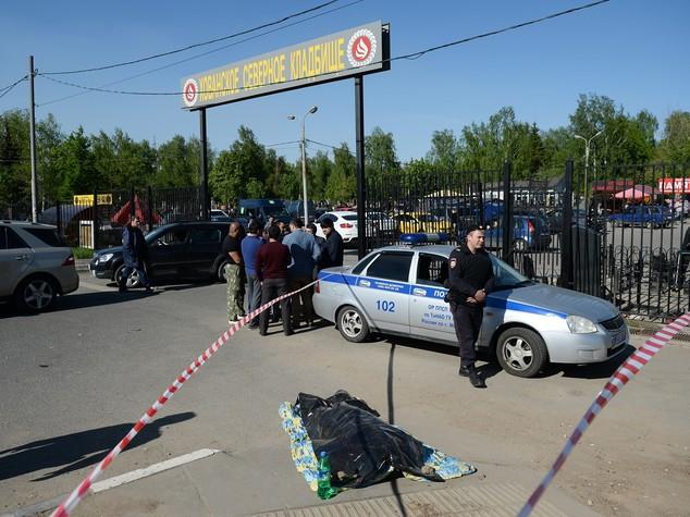 Violenti scontri al cimitero di Mosca: ci sono vittime