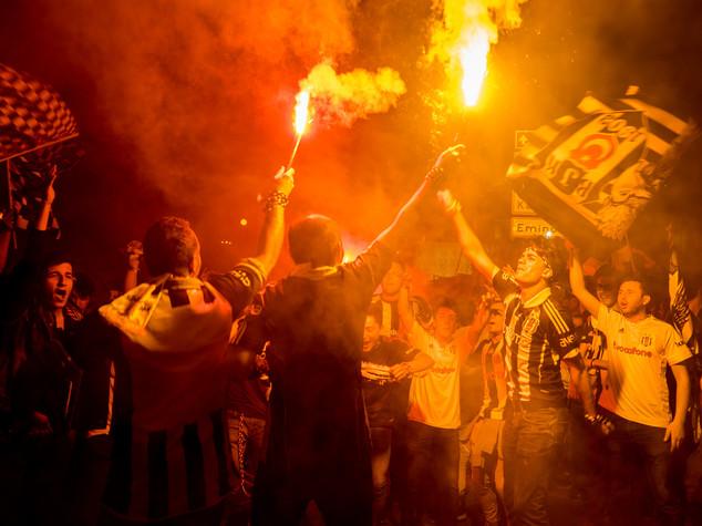 Besiktas campione di Turchia, in fiamme uno stadio