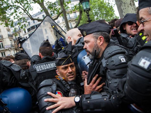 """Francia, poliziotti in piazza """"troppo odio"""". Ma una folla li attacca"""