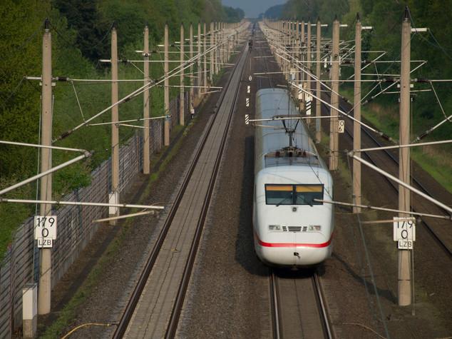 Scontro tra treno e bus turisti in Svizzera, 17 feriti