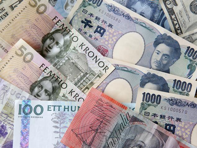 Euro: apre in rialzo sopra 1,12 dollari, giu' yen
