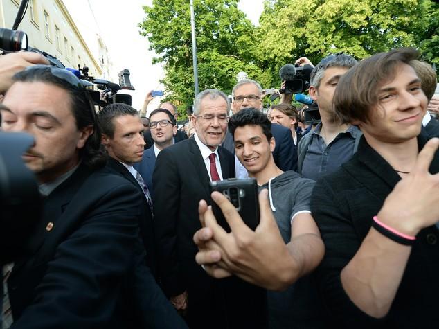 Austria, la spunta il candidato pro-migranti