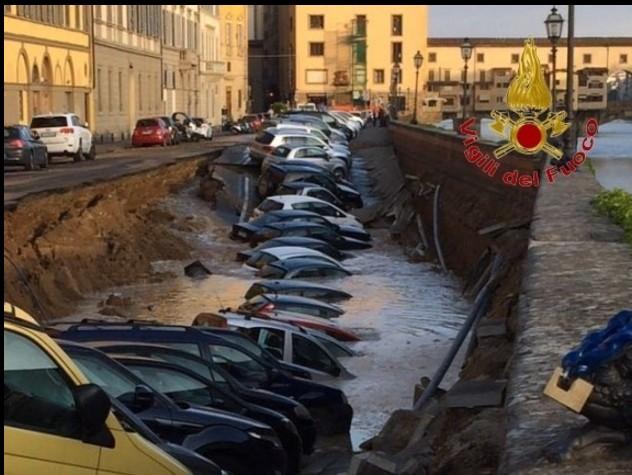 Il Lungarno viene giù. Voragine di 200 metri a Firenze