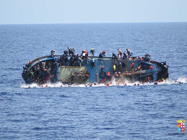 Barcone si capovolge al largo della Libia -  FOTO   e   VIDEO