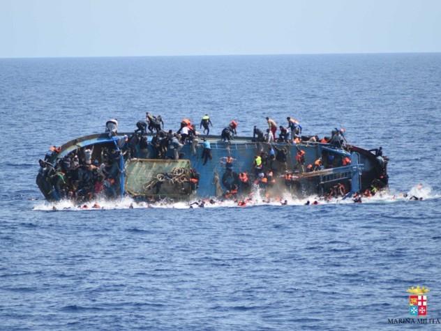 Barcone si capovolge al largo della Libia - FOTO