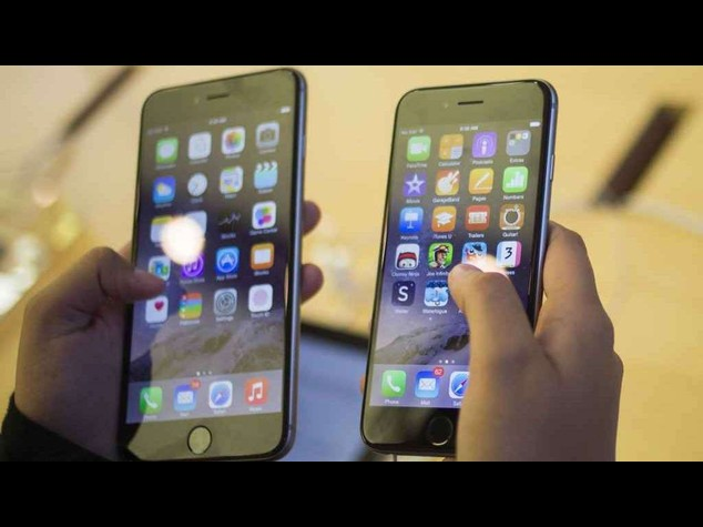 Addio al 'mito' Apple: ritirato iOs 8.0 e problemi per iPhone 6 Plus, si piega troppo facilmente - Video