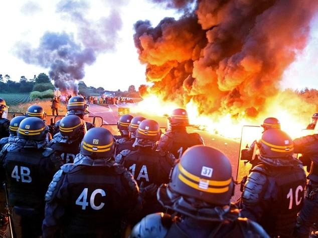 La Francia paralizzata dalle proteste