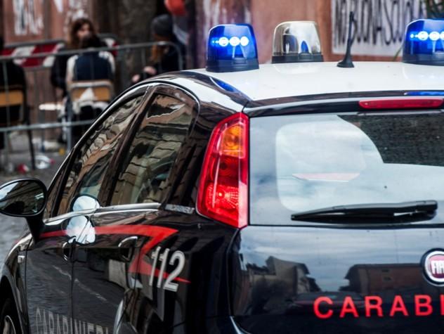 Ferrara, litiga e spara a coppia di anziani