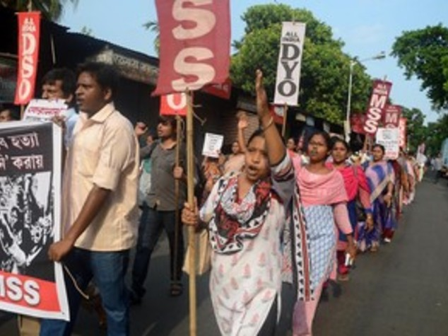 Orrore in India, stuprano e impiccano 15enne