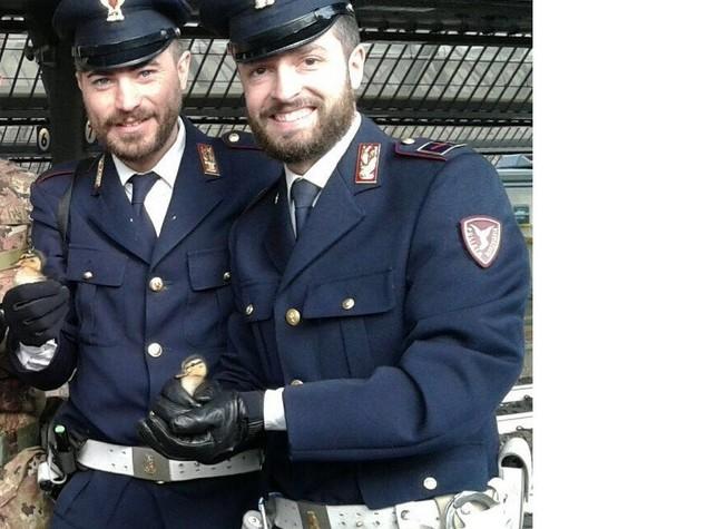 A passeggio su binari alta velocità, poliziotti salvano 5 anatroccoli
