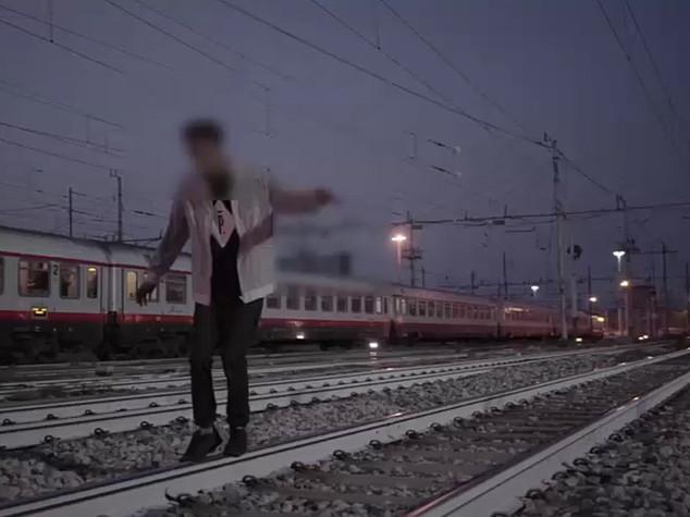 Video sui binari sfidando i treni, denunciati 4 rapper - VIDEO