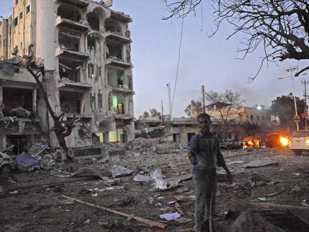 Mogadiscio, spari ed esplosioni in una zona di alberghi