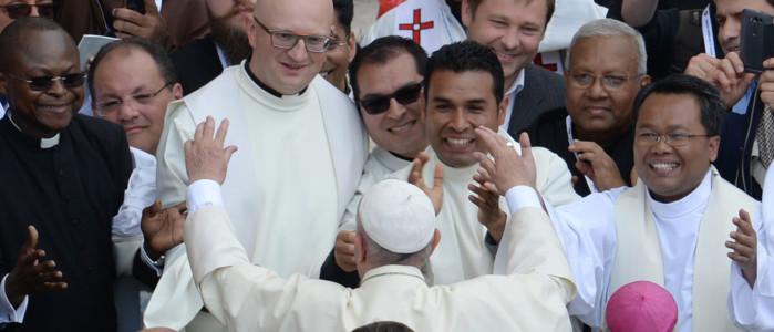 Il Papa: preti facciano straordinari e stiano lontani da pettegolezzi - VIDEO