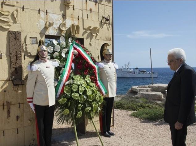 """Mattarella a Lampedusa, """"porta d'Europa"""" -   FOTO e VIDEO"""