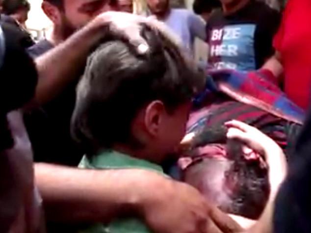 Siria, il pianto del figlioletto per il soccorritore ucciso