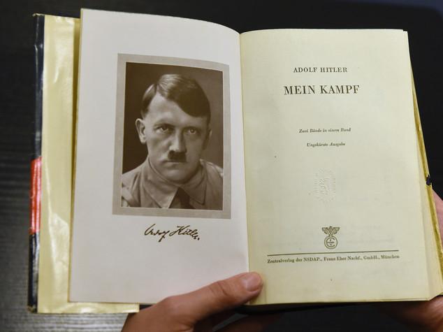 """Il Giornale regala Mein Kampf. Renzi insorge """"squallido"""""""