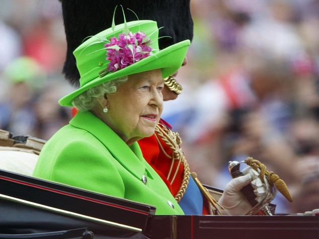 Elisabetta 'sempreverde', tutta in 'lime' per i 90 anni
