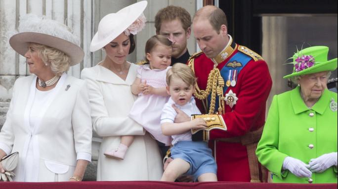 Londra, Guardia sviene per caldo durante parata per regina FOTO