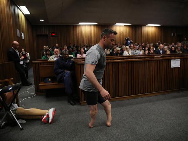 Pistorius: cammina su moncherini per impietosire giudici