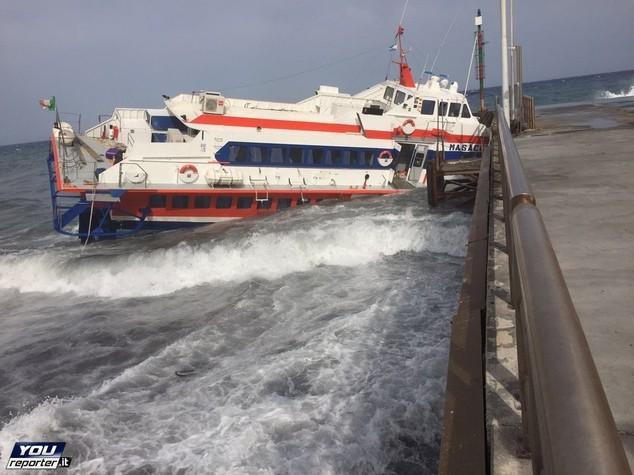 Lo scirocco sbatte sul pontile aliscafo a Stromboli, tutti in salvo