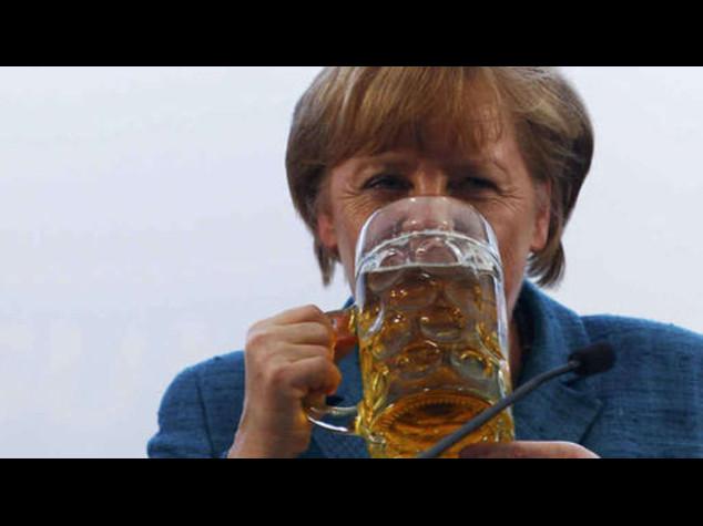 La Merkel compie 60 anni, ieri festeggiata al Consiglio Europeo - Video e Foto