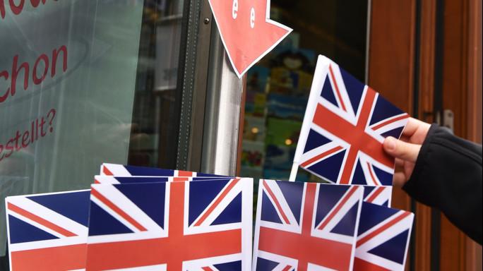 """Borse scommettono sul """"remain"""" Cameron, un """"no"""" per il futuro"""