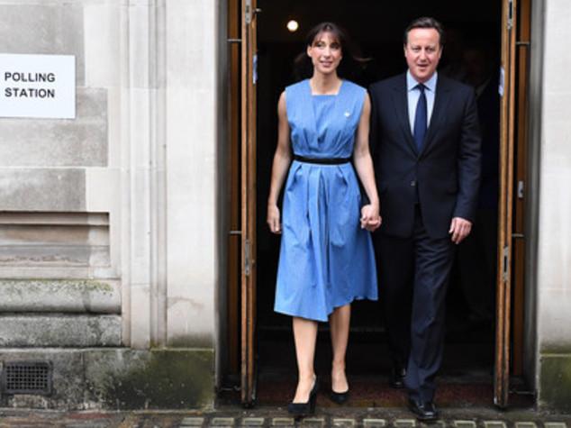 """Ultimo appello di Cameron, Samantha vota in """"blu Ue"""""""