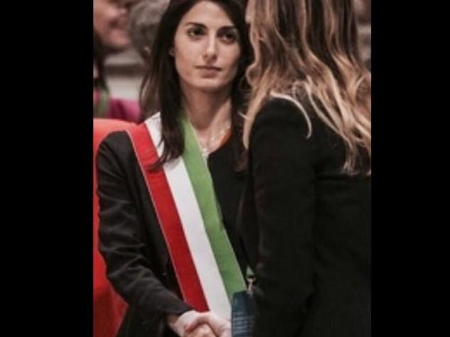 """Di Battista """"Boschi ignora Raggi"""", replica Pd con foto"""