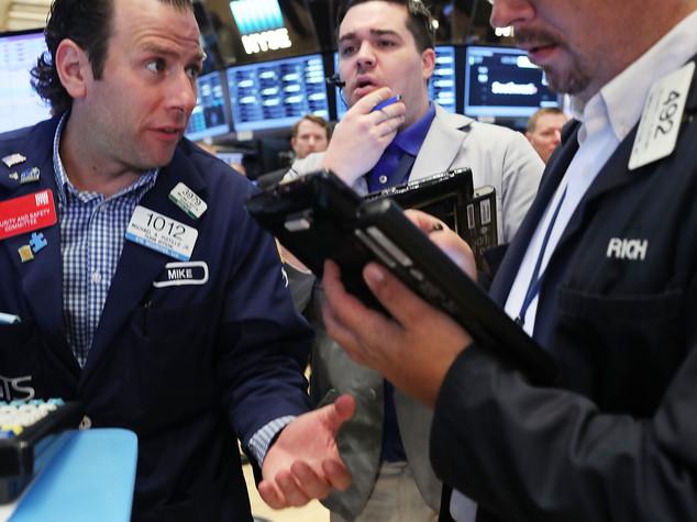 Euro: chiude in calo sul dollaro, tonfo sterlina dopo Boe