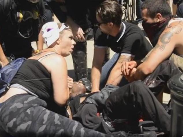 Manifestanti neonazisti aggrediti in California, 10 accoltellati