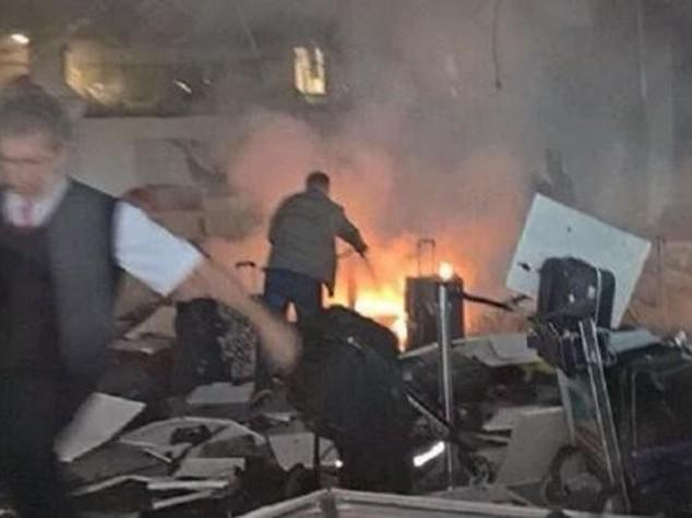 Terrorista spara sulla folla, l'altro si fa saltare: almeno 28 morti