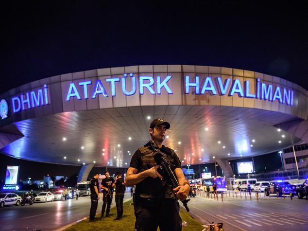 Tv Stato, esercito proclama legge marziale e coprifuoco in Turchia