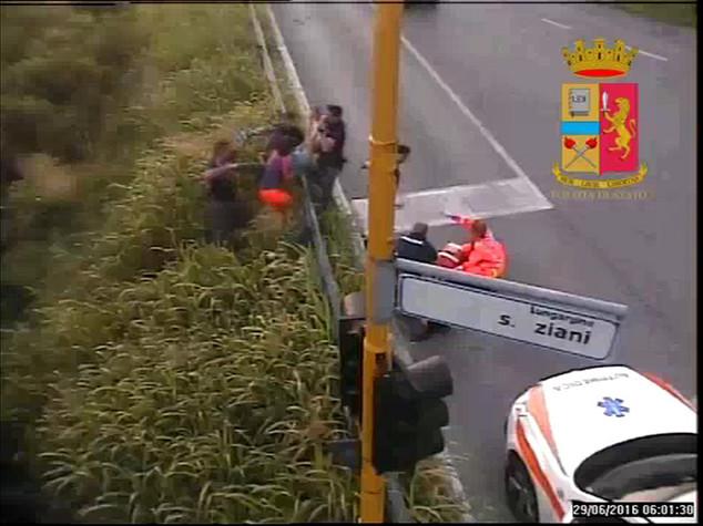 Si getta nel fiume a Padova, salvata da due poliziotti -  VIDEO