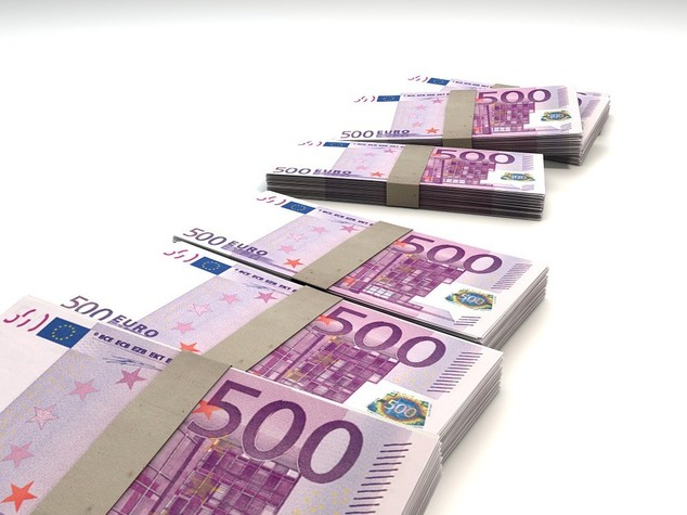 Euro: chiude in lieve calo sul dollaro sopra quota 1,11