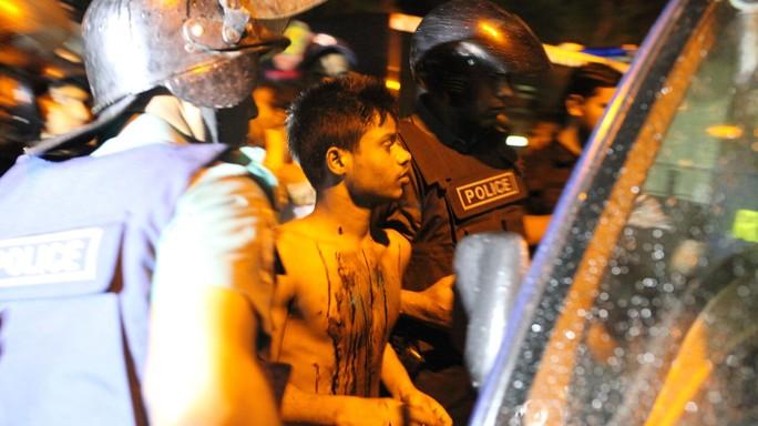 Bangladesh, spari e ostaggi in bar Dacca