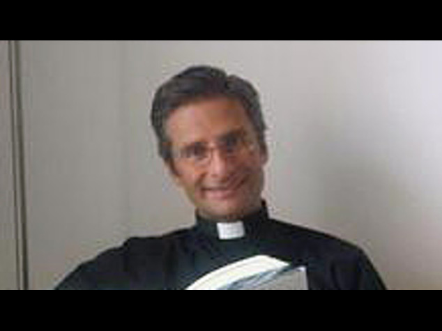 """Il teologo, """"sono gay e ho un compagno"""". Il Vaticano, """"lasci gli incarichi"""""""