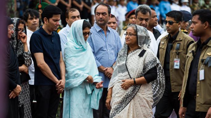Fiori e bandiere per le vittime di Dacca