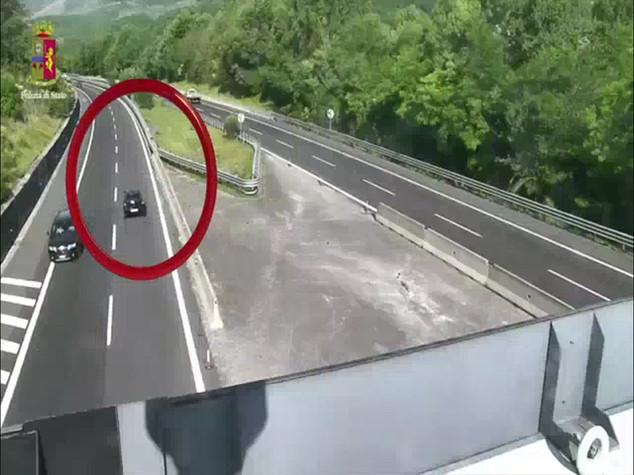 Contromano 15 chilometri in autostrada, strage sfiorata - VIDEO