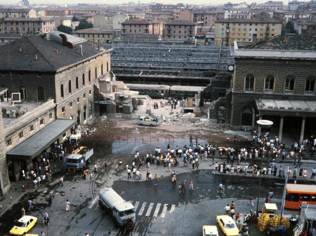 """Strage Bologna, """"manca un cadavere"""", libro scatena bufera politica"""