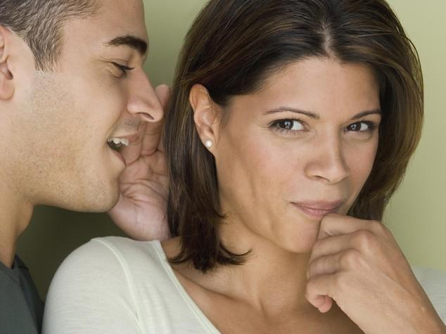 Ascolta per caso coppia fedifraghi e li smaschera su Facebook