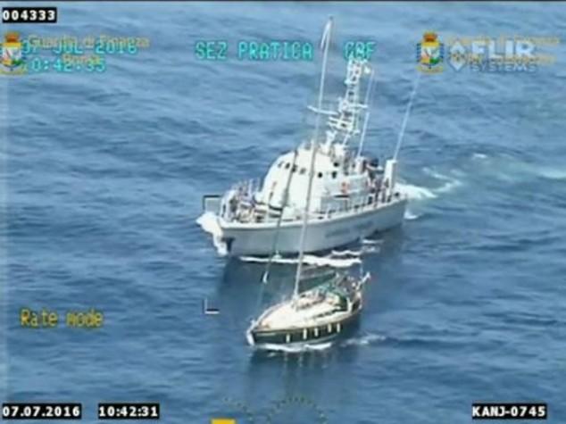 Imbarcazione carica di droga, sequestrate 3,3 tonnellate di hashish