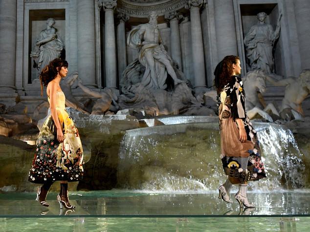 Sfilata sull'acqua di Fontana di Trevi per i 90 anni di Fendi