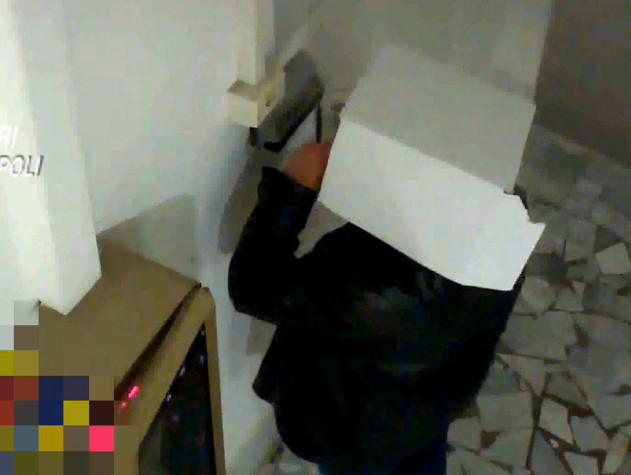 Con cartone in testa per 'strisciare' cartellino