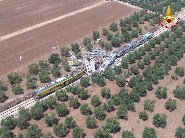 Scontro fra treni in Puglia, 10 morti