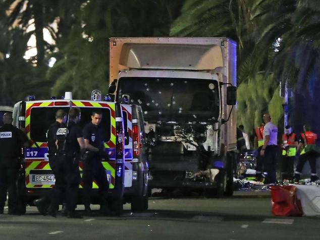 Altro camion sospetto, artificieri sul posto