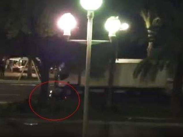 In moto tenta fermare attentatore ma finisce sotto camion